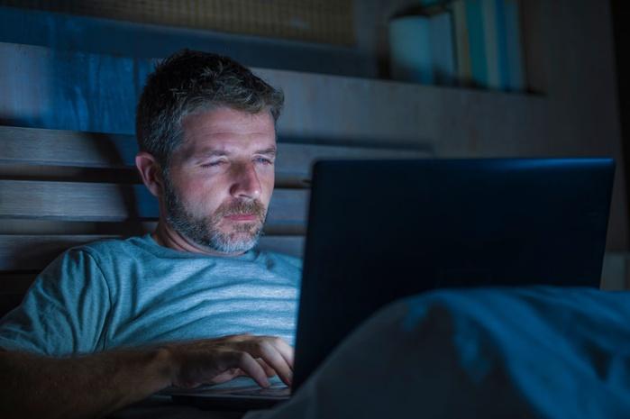 мужчина за ноутбуком, ночь