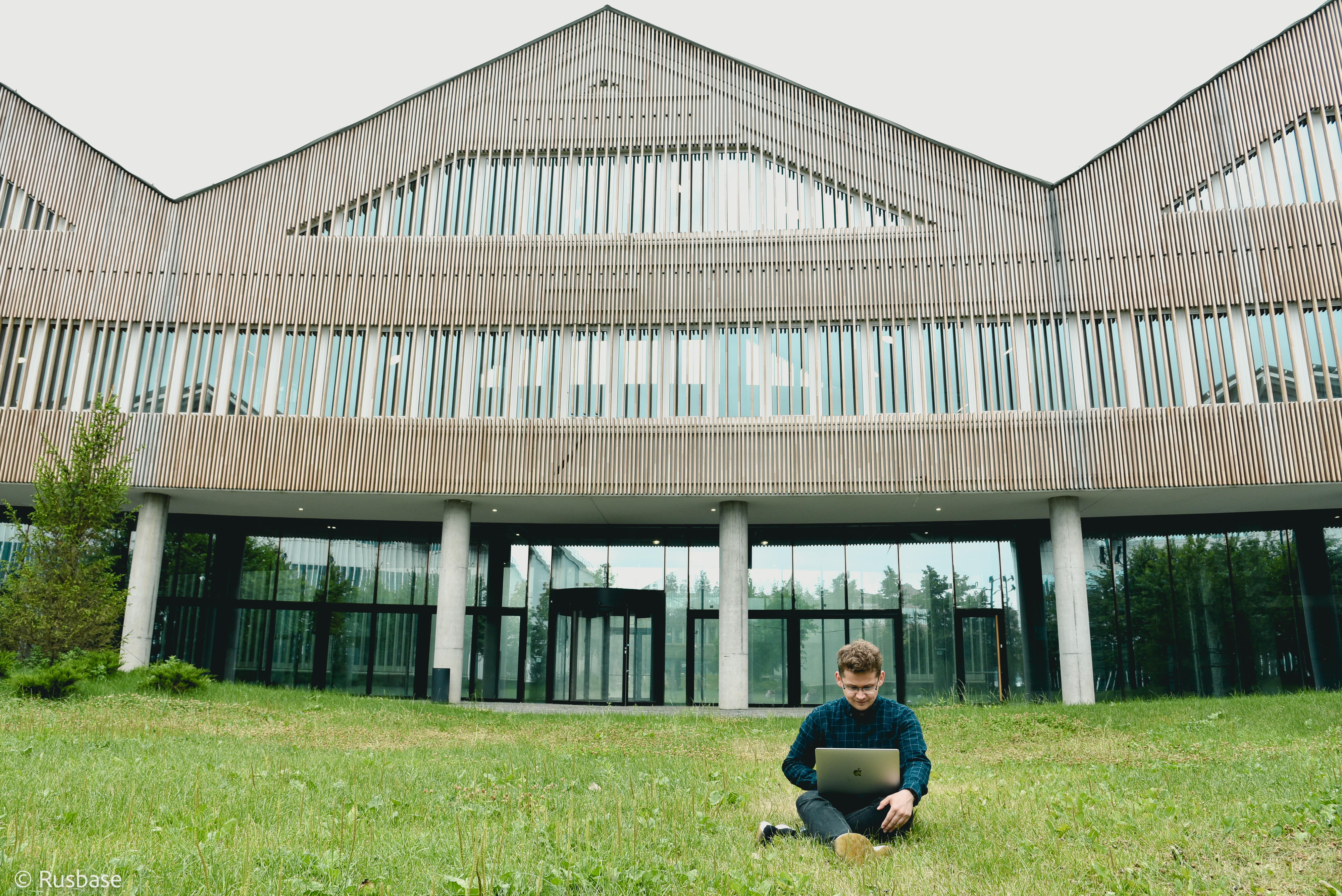Алексей Федоров на фоне Российского квантового центра (РКЦ)